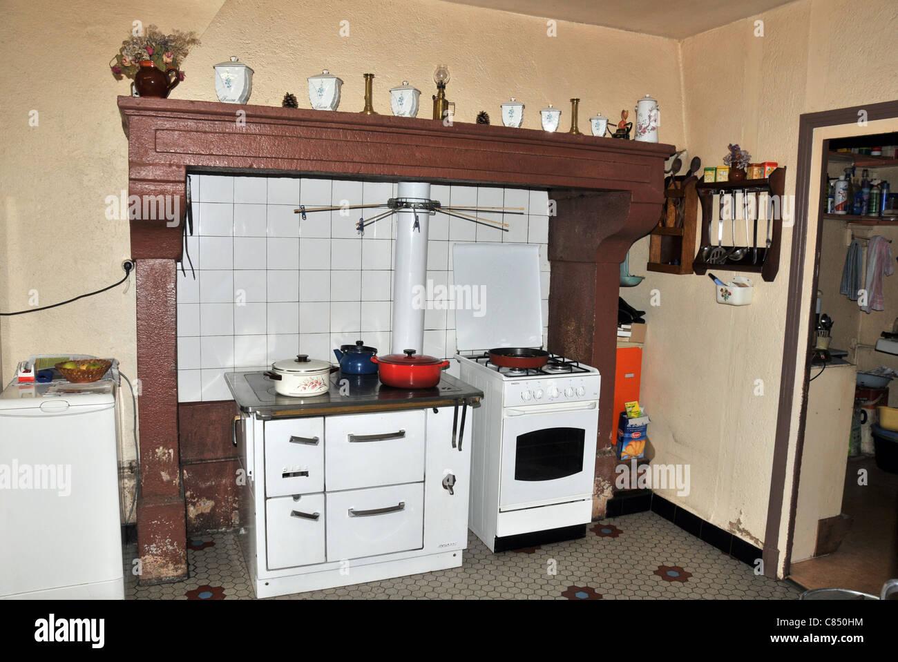 Vecchia cucina con forno e camino Auvergne Francia Foto ...