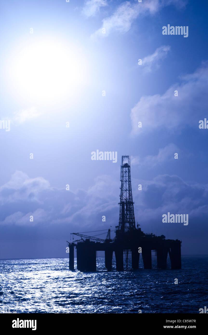 Sul galleggiante offshore oil drilling rig. Luce posteriore vista. Costa del Brasile, 2010. Immagini Stock