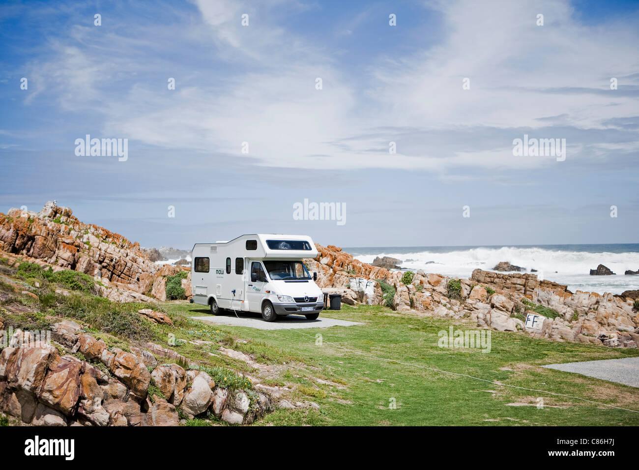 Veicolo ricreativo parcheggiato sulla spiaggia Immagini Stock