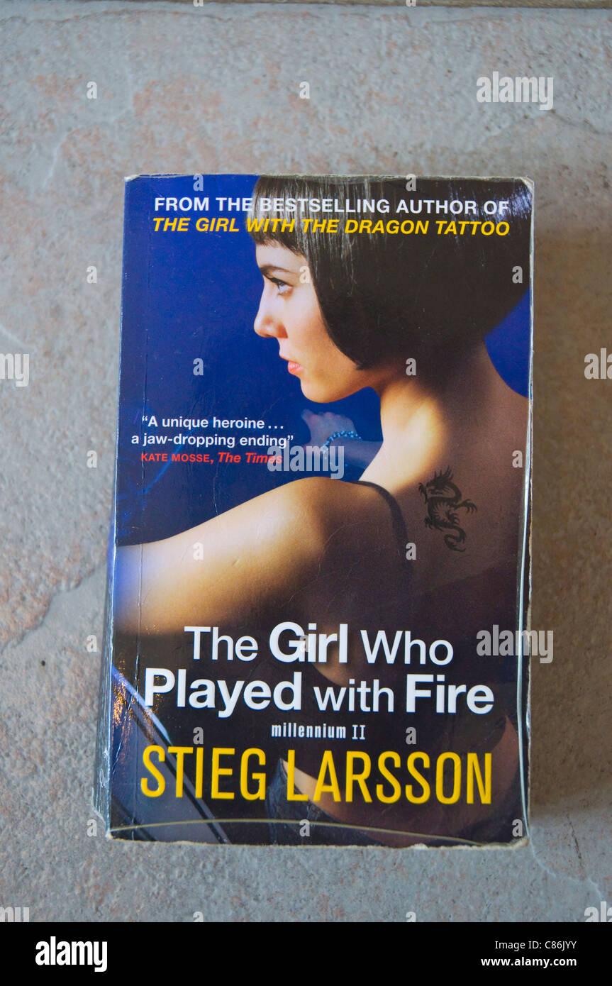 La ragazza che giocava con il fuoco romanzo (Millenium trilogy parte 2) di Stieg Larsson Immagini Stock