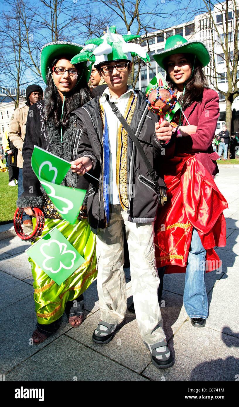 I bambini di discesa asiatica coinvolti in attività multiculturali presso il St Patricks Day Parade e concerto Immagini Stock