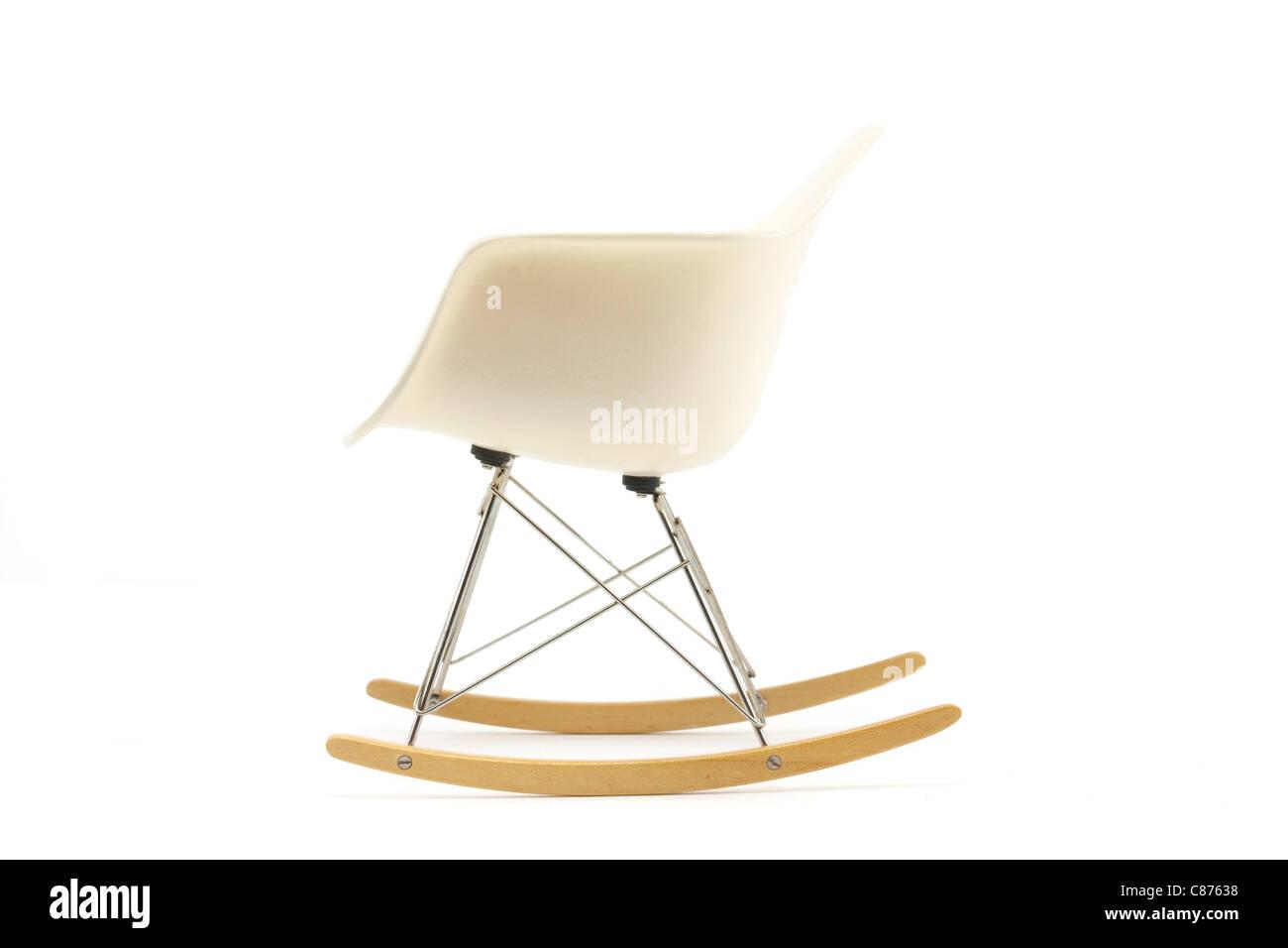 Il design moderno classico eames sedia a dondolo su sfondo bianco