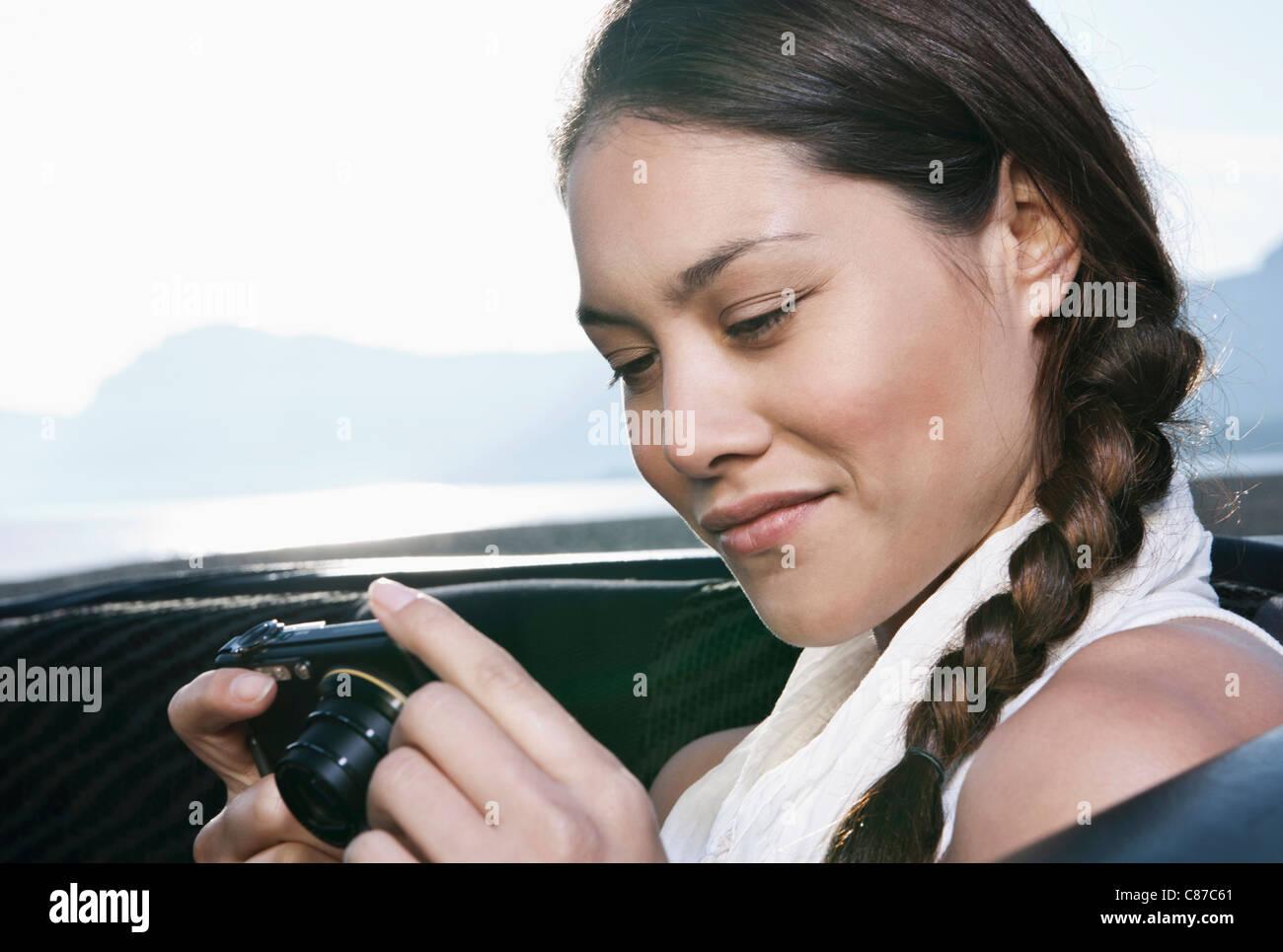 Spagna, Maiorca, giovane donna con telecamera in auto sedile posteriore, chiudere fino Immagini Stock