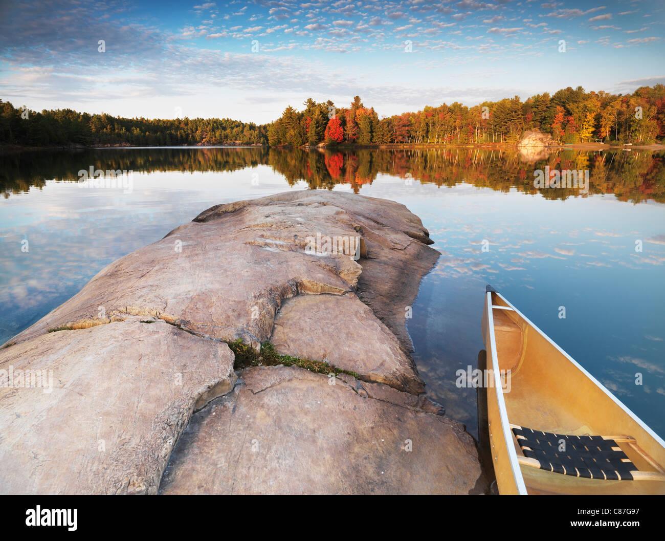 Canoa a una spiaggia rocciosa di Lake George. Bel tramonto rientrano la natura paesaggio. Killarney Provincial Park, Ontario, Canada. Foto Stock
