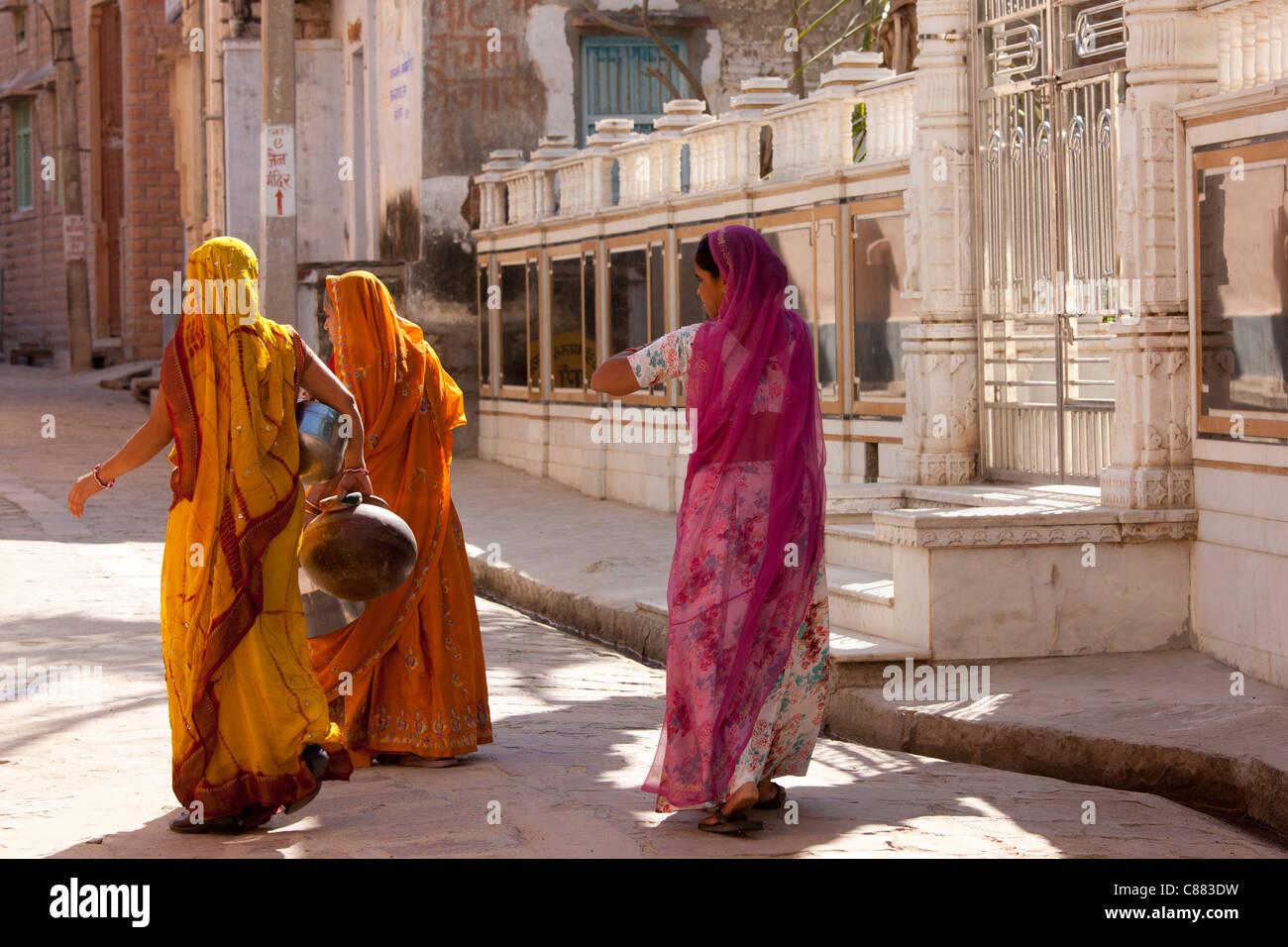Rajasthani le donne che trasportano vasi d'acqua nel villaggio di Narlai nel Rajasthan, India settentrionale Immagini Stock