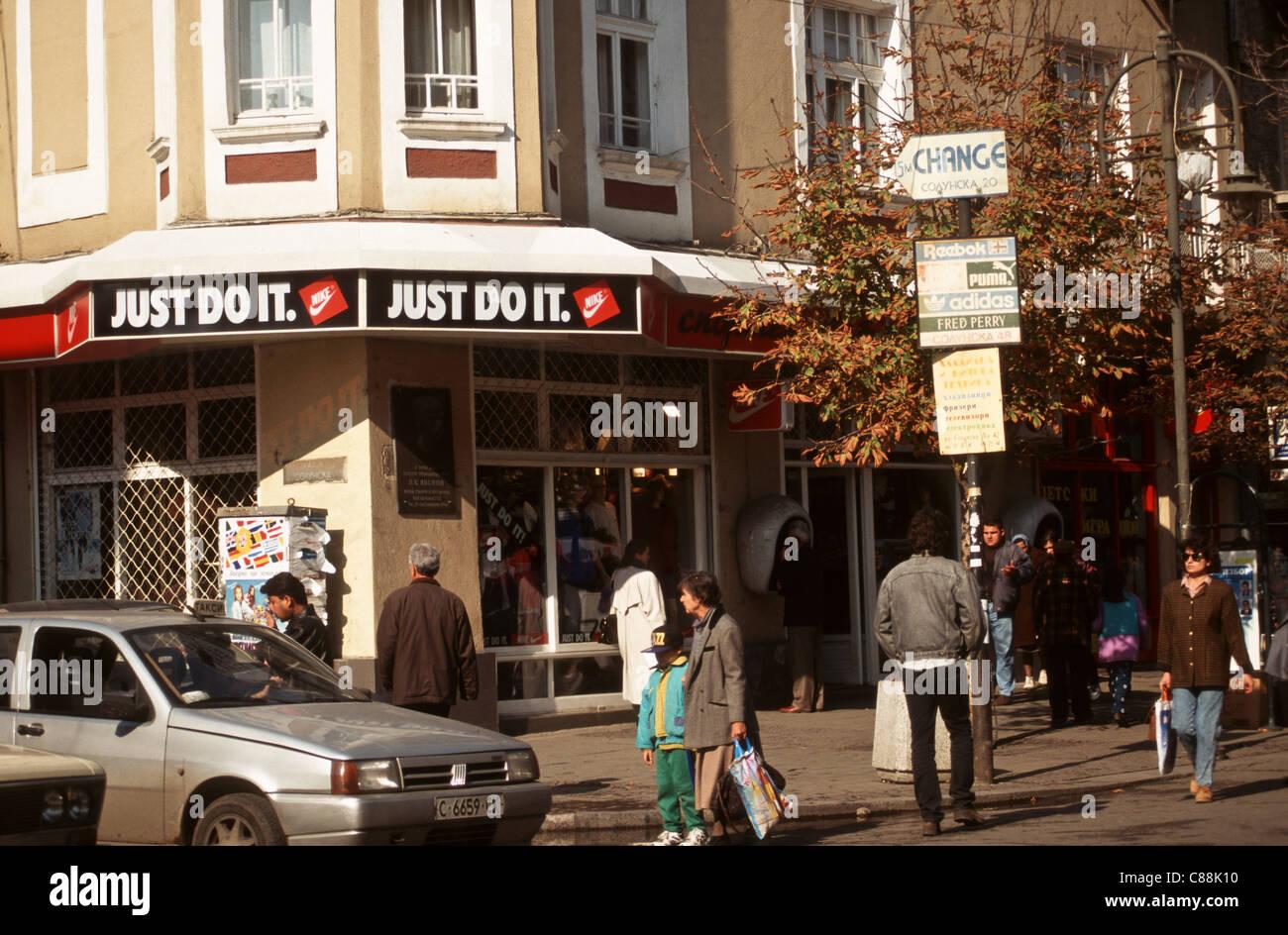 54204439e3 Sofia, Bulgaria. La gente per strada; 'Just do it segno su un ...