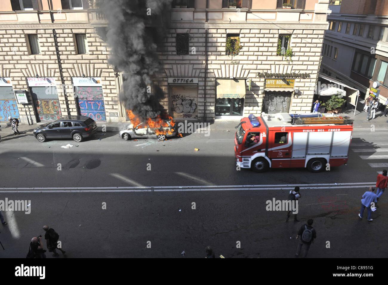 Indignants protestare a Roma diventa violento Immagini Stock