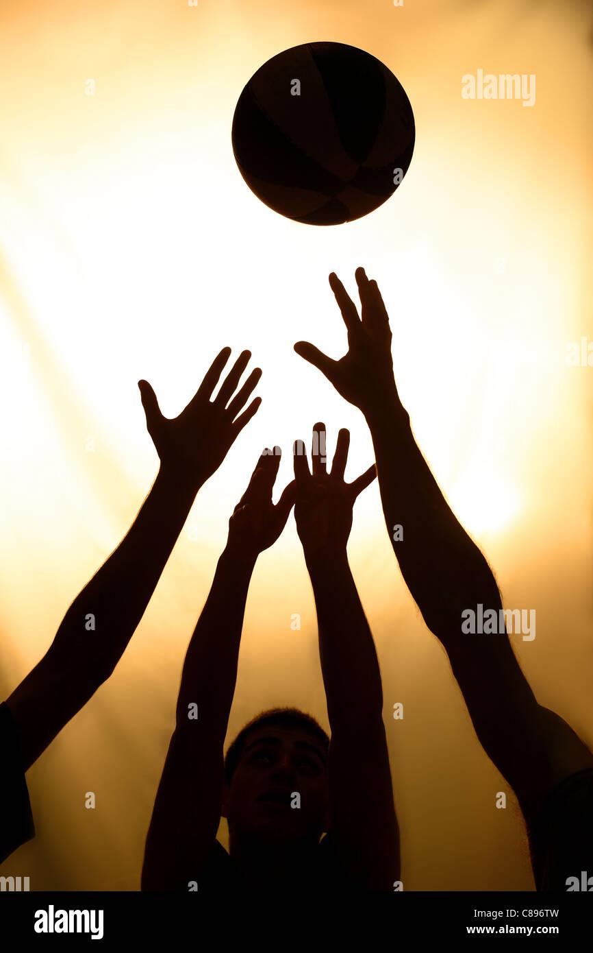 La pallacanestro lotta - nero sagome di giocatori Immagini Stock