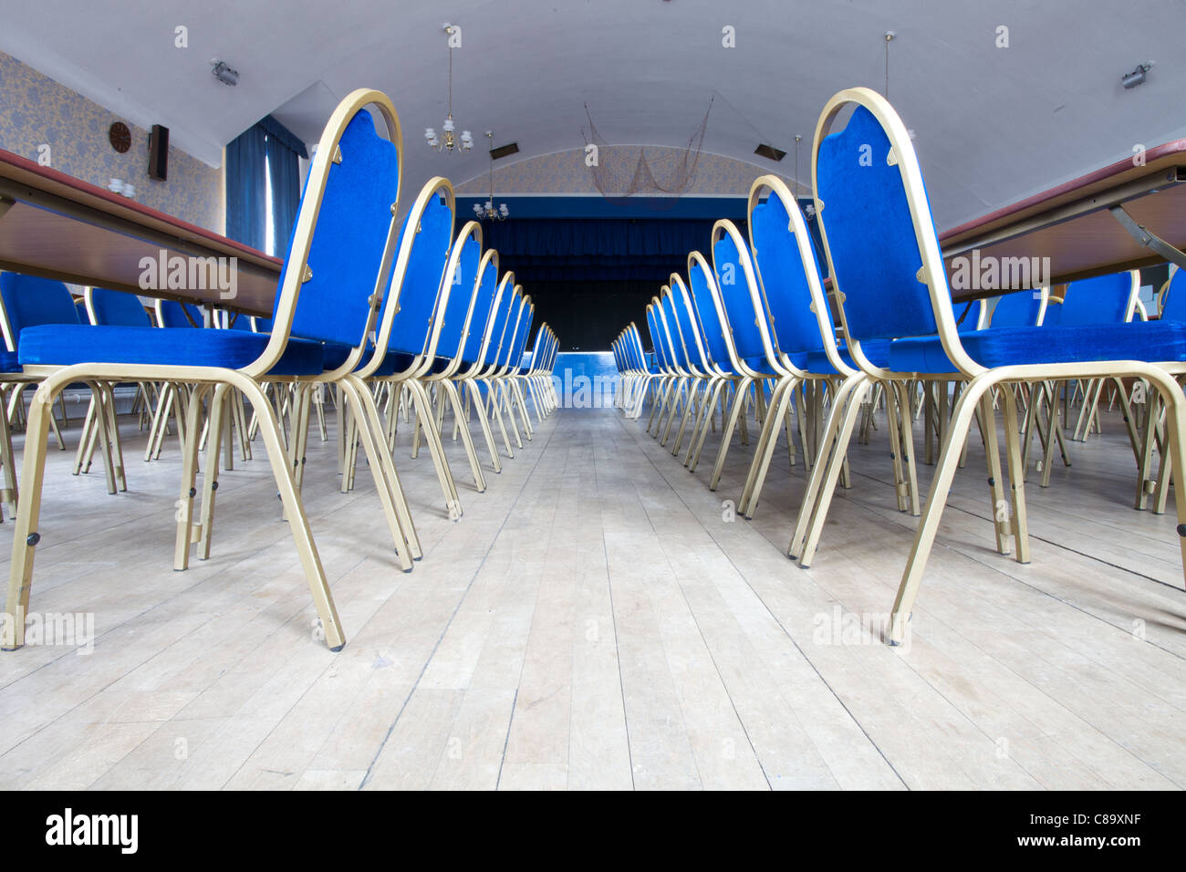 Sedie allineate ordinatamente in minatori Welfare Club in Horden, County Durham, Inghilterra Immagini Stock