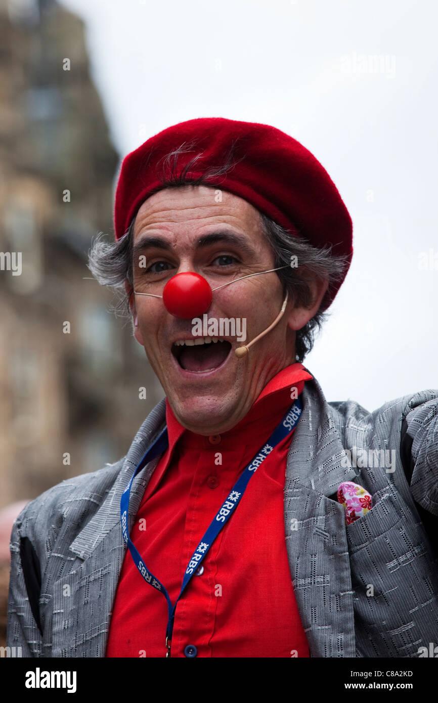Street intrattenitore vestito come un clown e con un naso rosso 67aa815b950