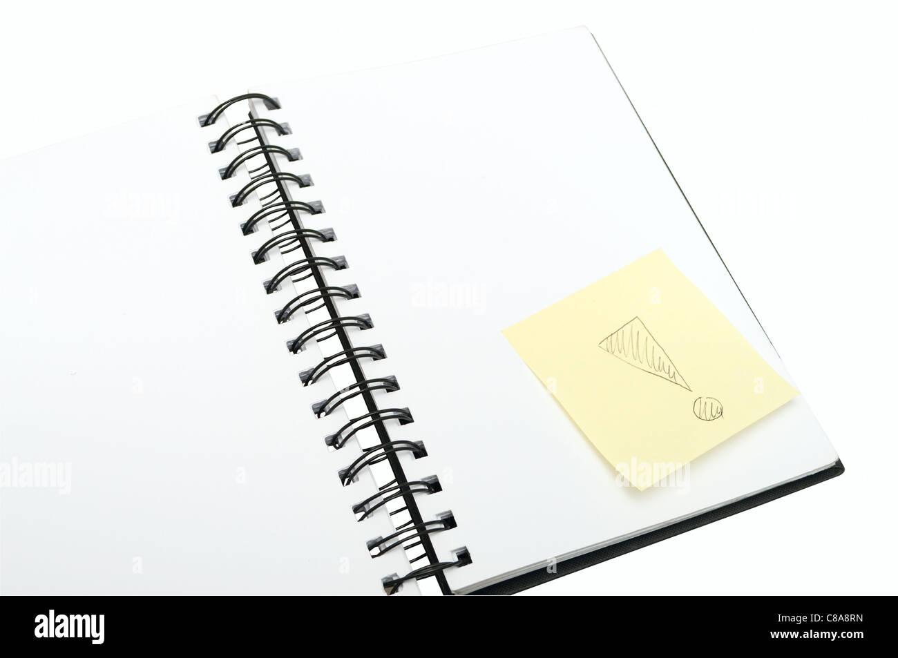 Notebook vuota e Memo giallo Stick Punto esclamativo su fondo bianco Immagini Stock
