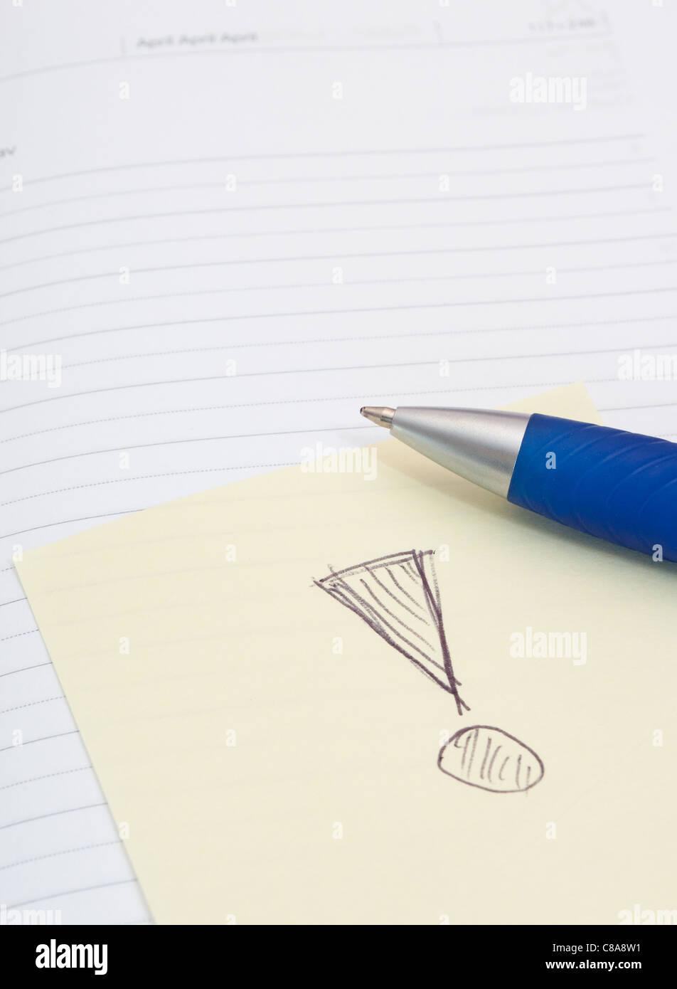 Notebook vuota, penna a sfera e Memo giallo Stick con un punto esclamativo su sfondo bianco Immagini Stock