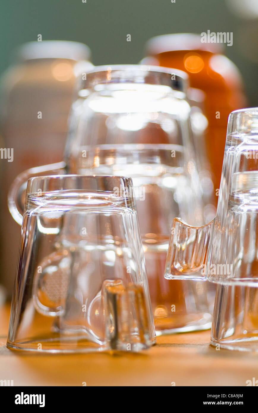 Pulire e svuotare le coppe di vetro Immagini Stock