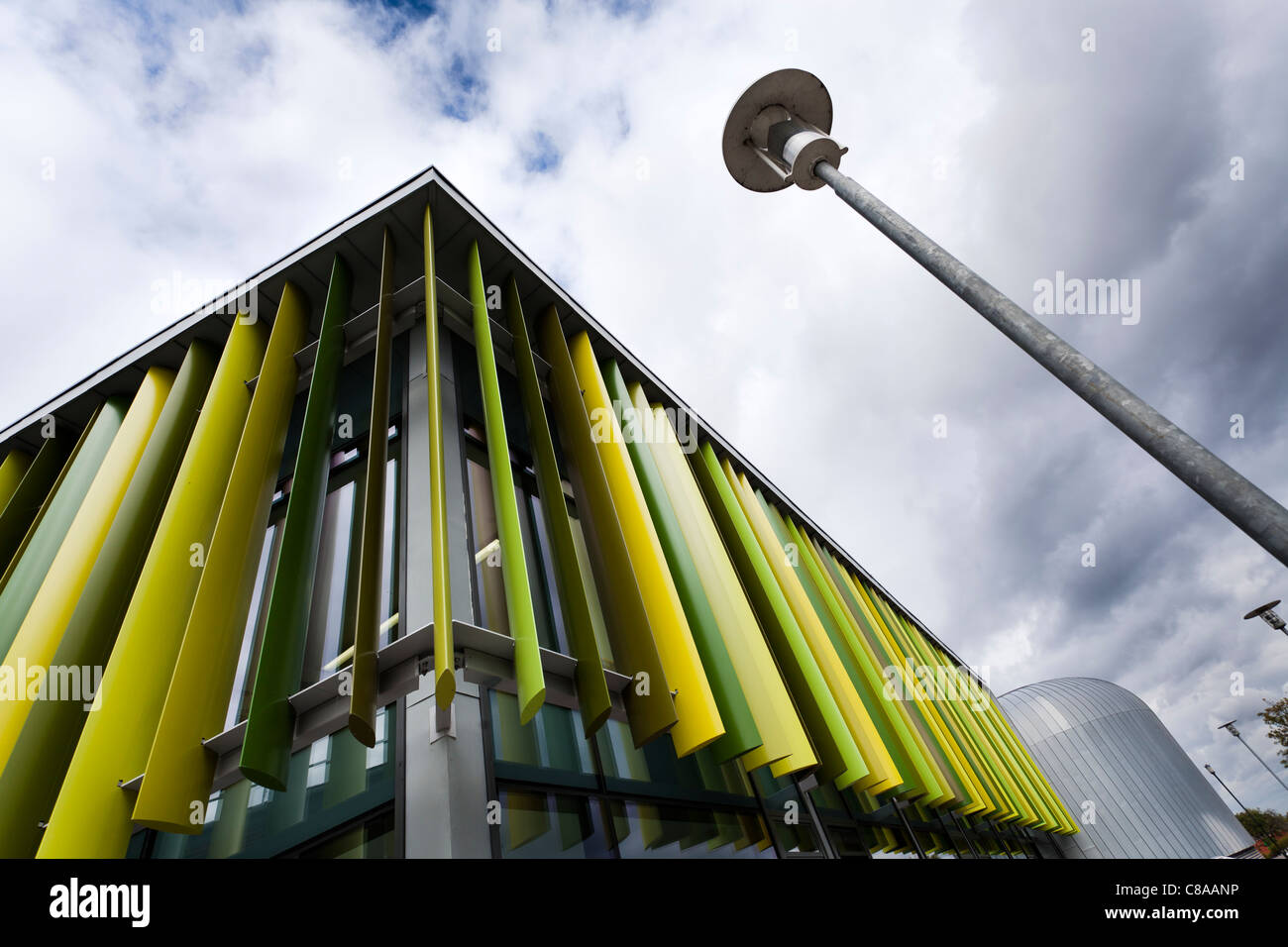 Royal Holloway University Moore edificio mostrando esterno colorato louvres Immagini Stock