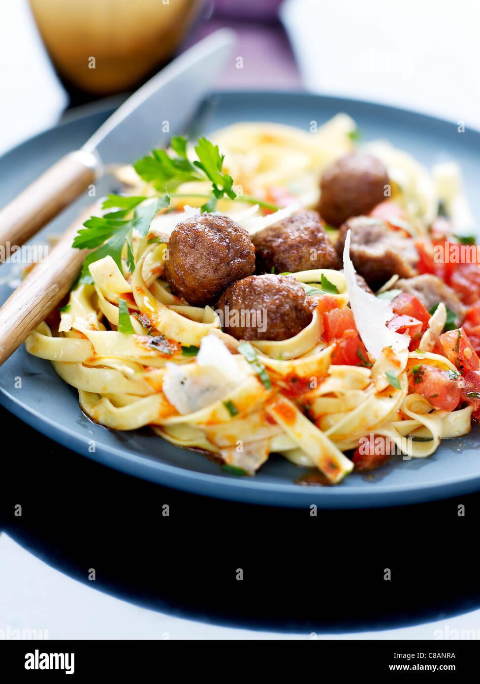 Le polpette di carne di manzo con tagliatelles in salsa di pomodoro Immagini Stock