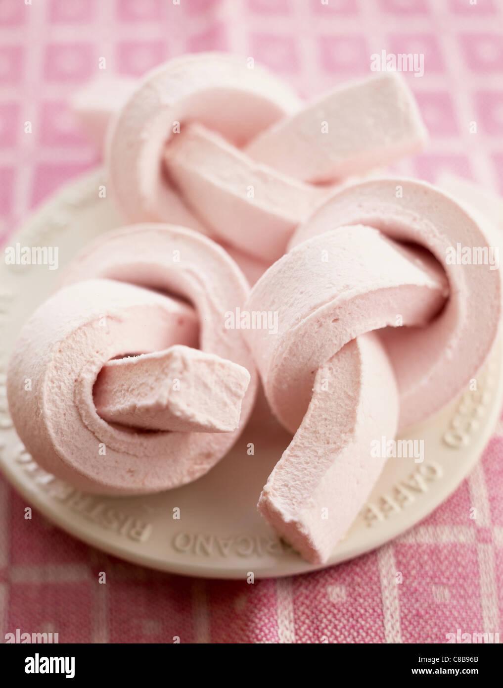 Marshmallow torsioni su piastra Immagini Stock
