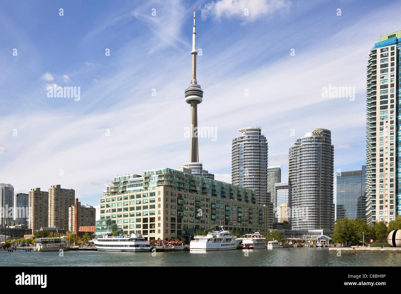 Lo Skyline di Toronto, con vista della CN Tower e il grattacielo Condos Immagini Stock