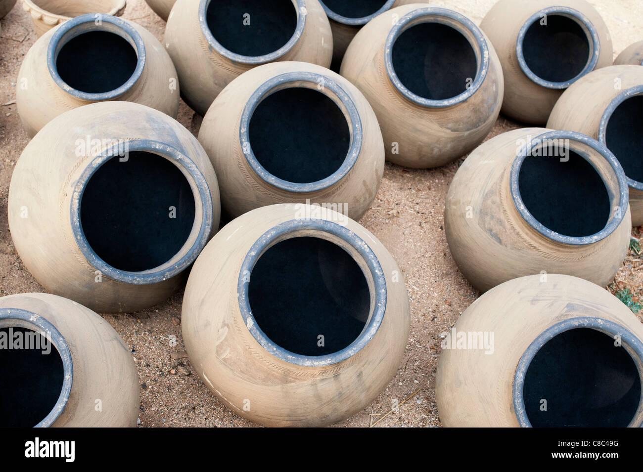 Fatto a mano indian vasi d'acqua essiccazione al sole prima della cottura. Andhra Pradesh, India Immagini Stock