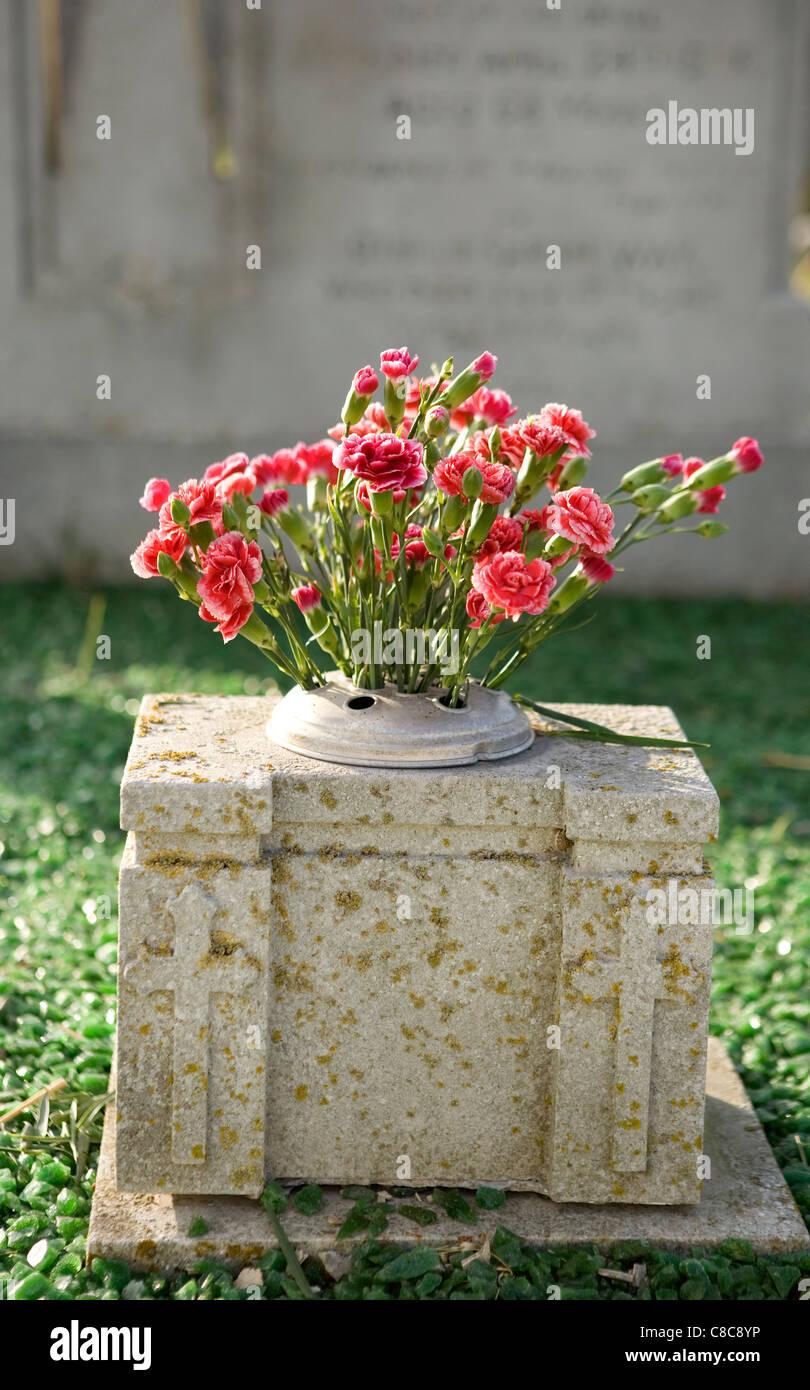 Pietra tombale con fiori il cristianesimo la religione Immagini Stock