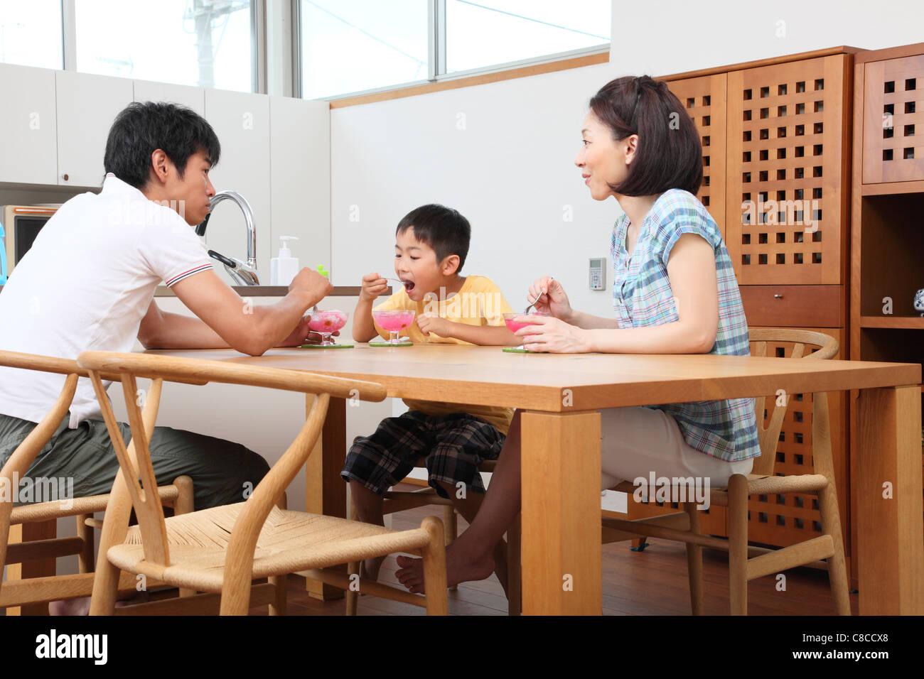 Famiglia mangiare rasata insieme di ghiaccio Foto Stock
