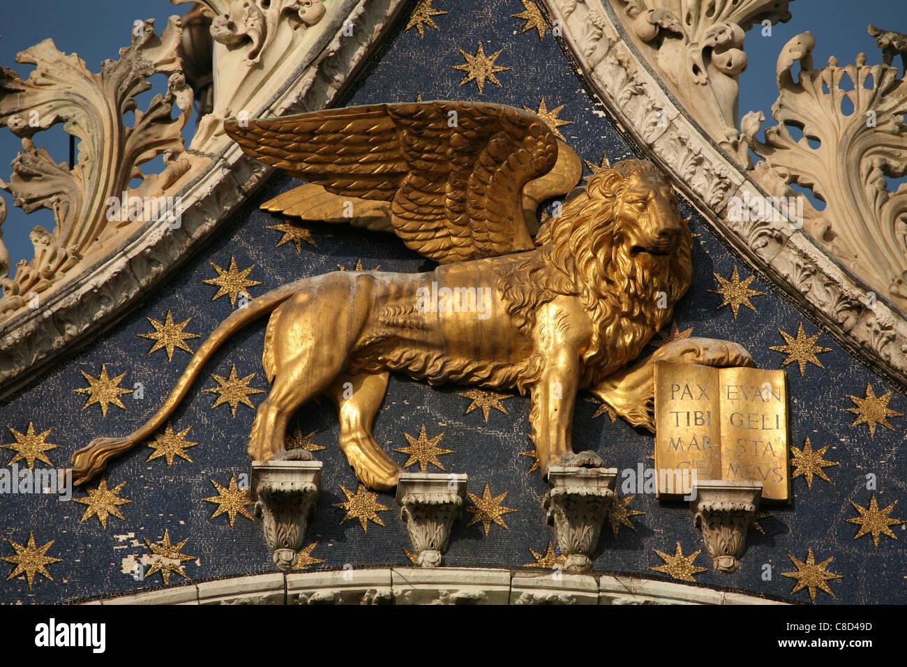 Leone di San Marco sopra la porta principale della Basilica di San Marco in Piazza San Marco a Venezia, Italia. Foto Stock