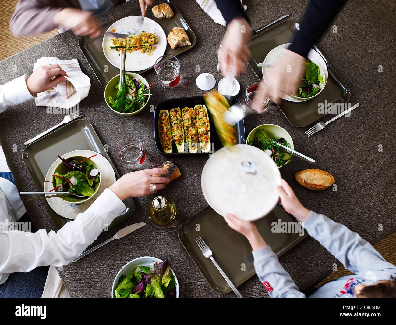 Cenare con gli amici Immagini Stock
