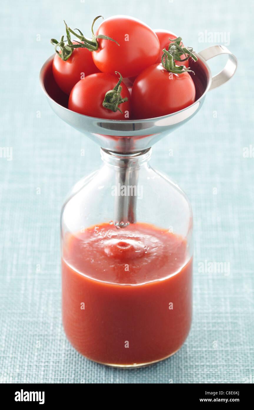 La preparazione di succo di pomodoro Immagini Stock