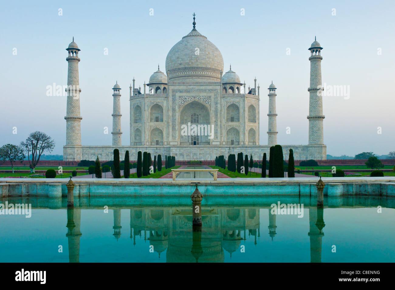 Il Taj Mahal mausoleo del sud con vista piscina riflettente e cipressi, Uttar Pradesh, India Immagini Stock