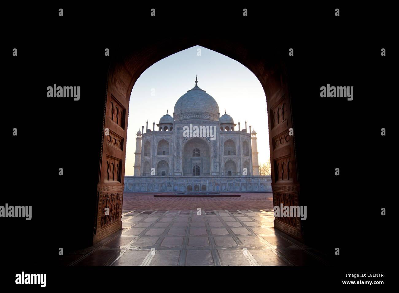 Il Taj Mahal mausoleo vista occidentale (visto dal Taj Mahal Moschea) all'alba, Uttar Pradesh, India Immagini Stock