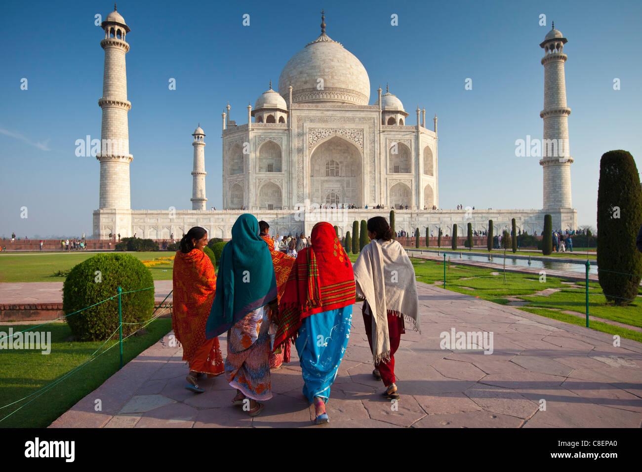 Indian i turisti che visitano il Taj Mahal mausoleo approccio la vista sud, Uttar Pradesh, India Immagini Stock