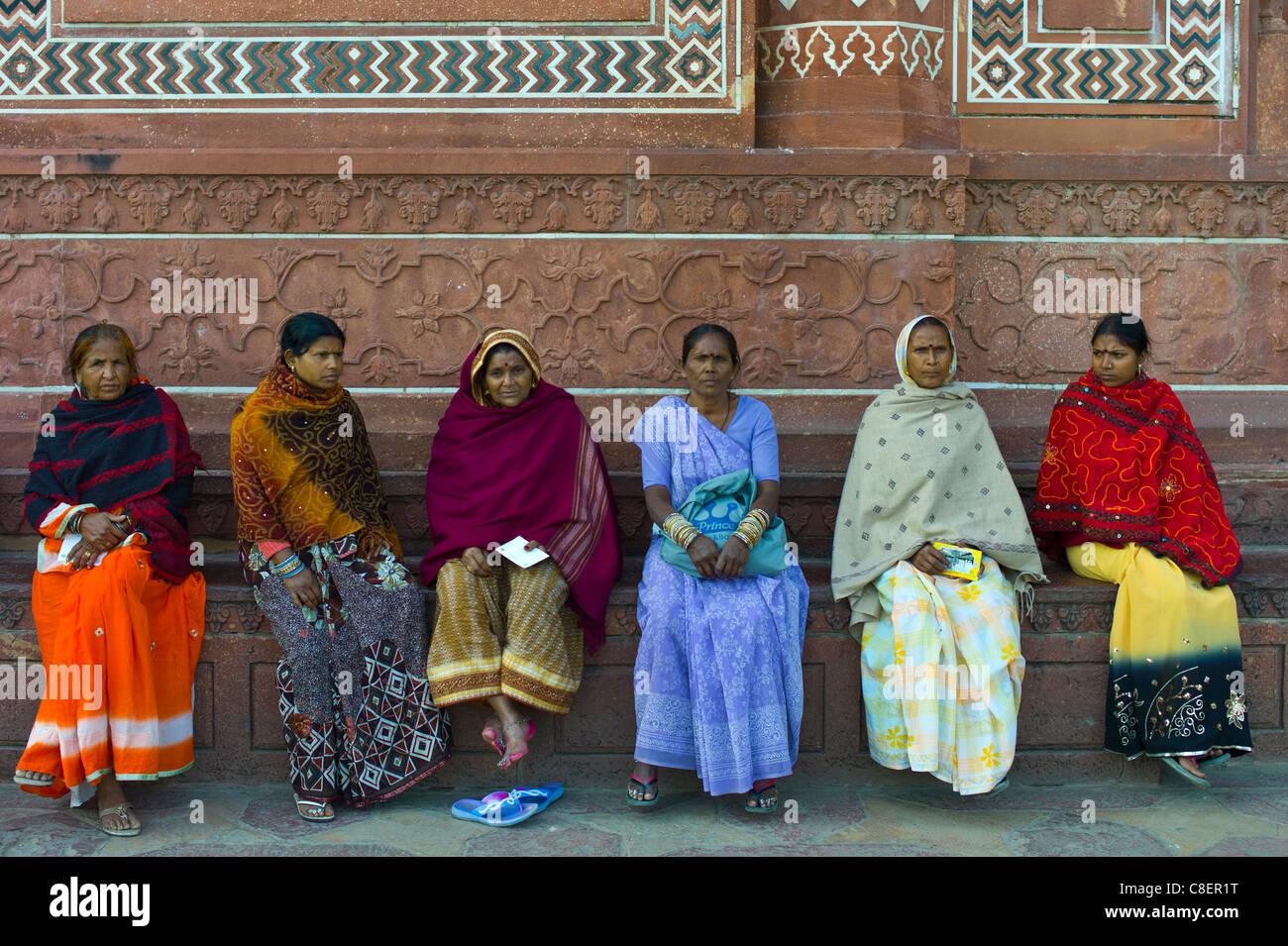 Le donne indiane visitando il Taj Mahal, Uttar Pradesh, India Immagini Stock