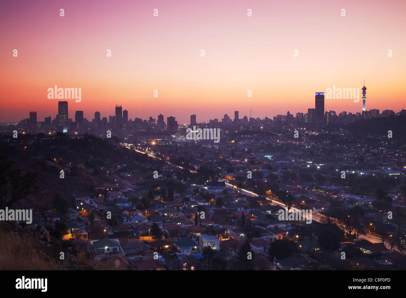 Vista sullo skyline di Johannesburg al tramonto, Gauteng, Sud Africa Immagini Stock