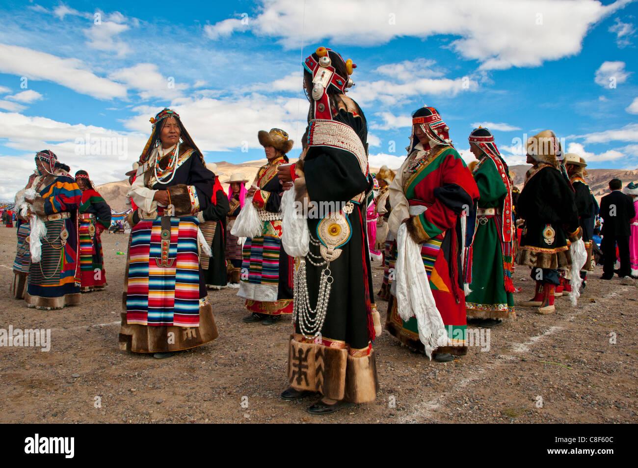 Tradizionalmente condita tibetani che partecipano ad un festival locale, Gerze, Tibet, Cina Immagini Stock