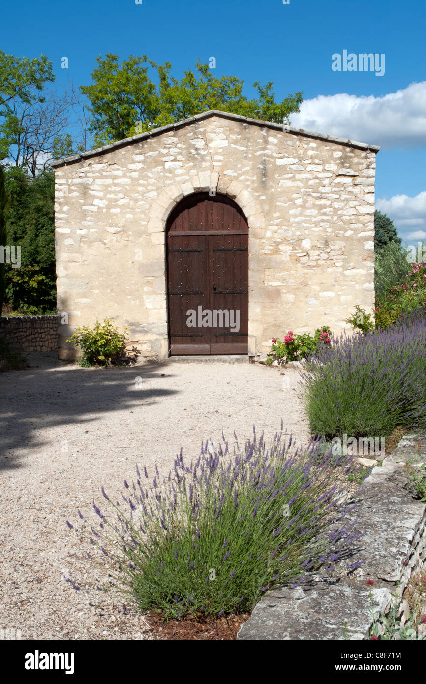 Francia, Gard, Languedoc-Roussillion, Tavel, tipico, la costruzione, la costruzione, alberi, fiori, piante, dettaglio, Immagini Stock