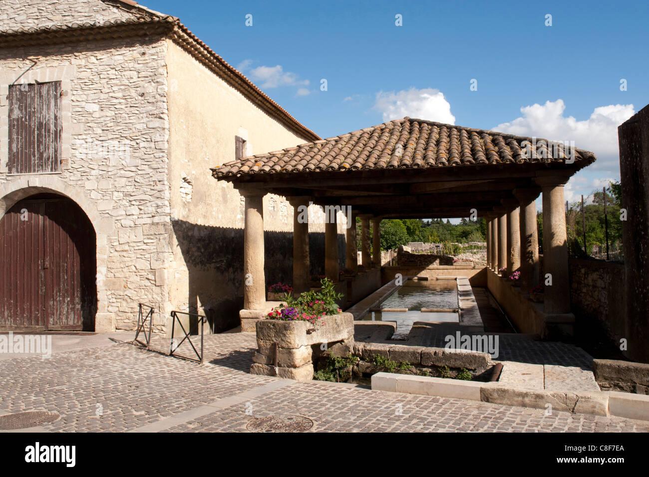 Francia, Gard, Languedoc-Roussillion, Tavel, casa di lavaggio, camera della pompa, architettura, fiori, costruzioni, Immagini Stock