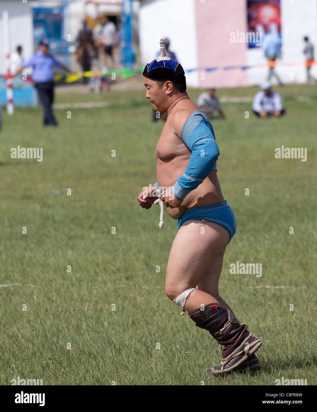 Un lottatore a Tsetserleg Naadam in marcia tradizionale. Immagini Stock