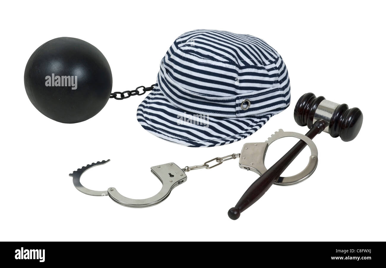 Leggi e conseguenze mostrato da un martello e manette con un jailbird hat e la sfera e la catena - percorso incluso Foto Stock