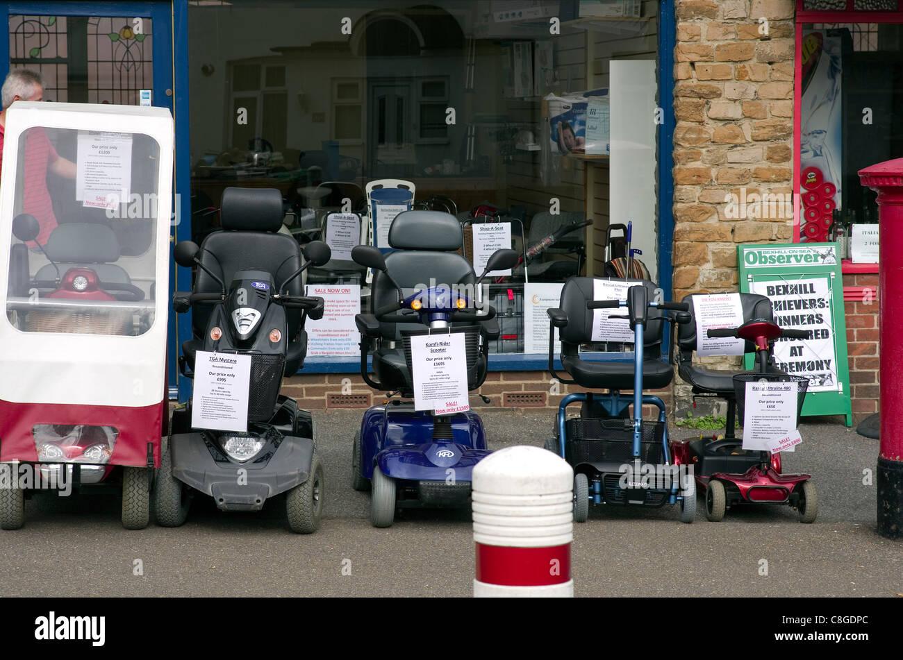 Visualizzazione di scooter di mobilità a un Occidente Bexhill shop in East Sussex. Immagini Stock