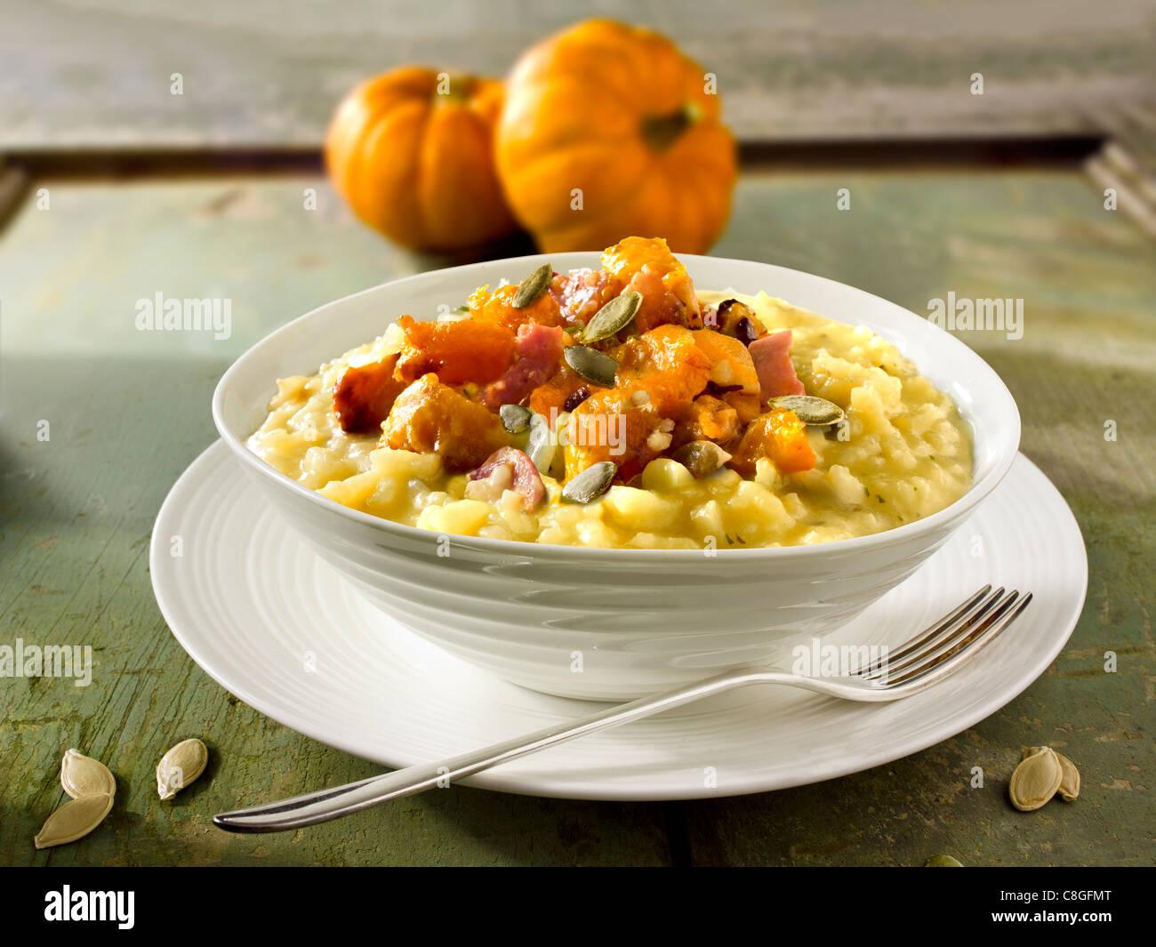Arrosto di zucca e pancetta sul risotto safron Immagini Stock