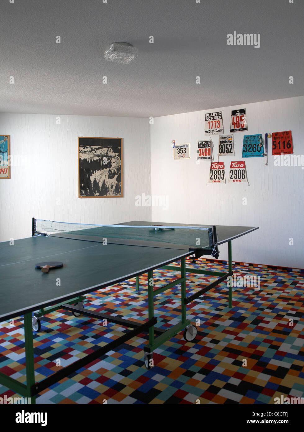 Interno con tavolo da ping pong con racchette Immagini Stock
