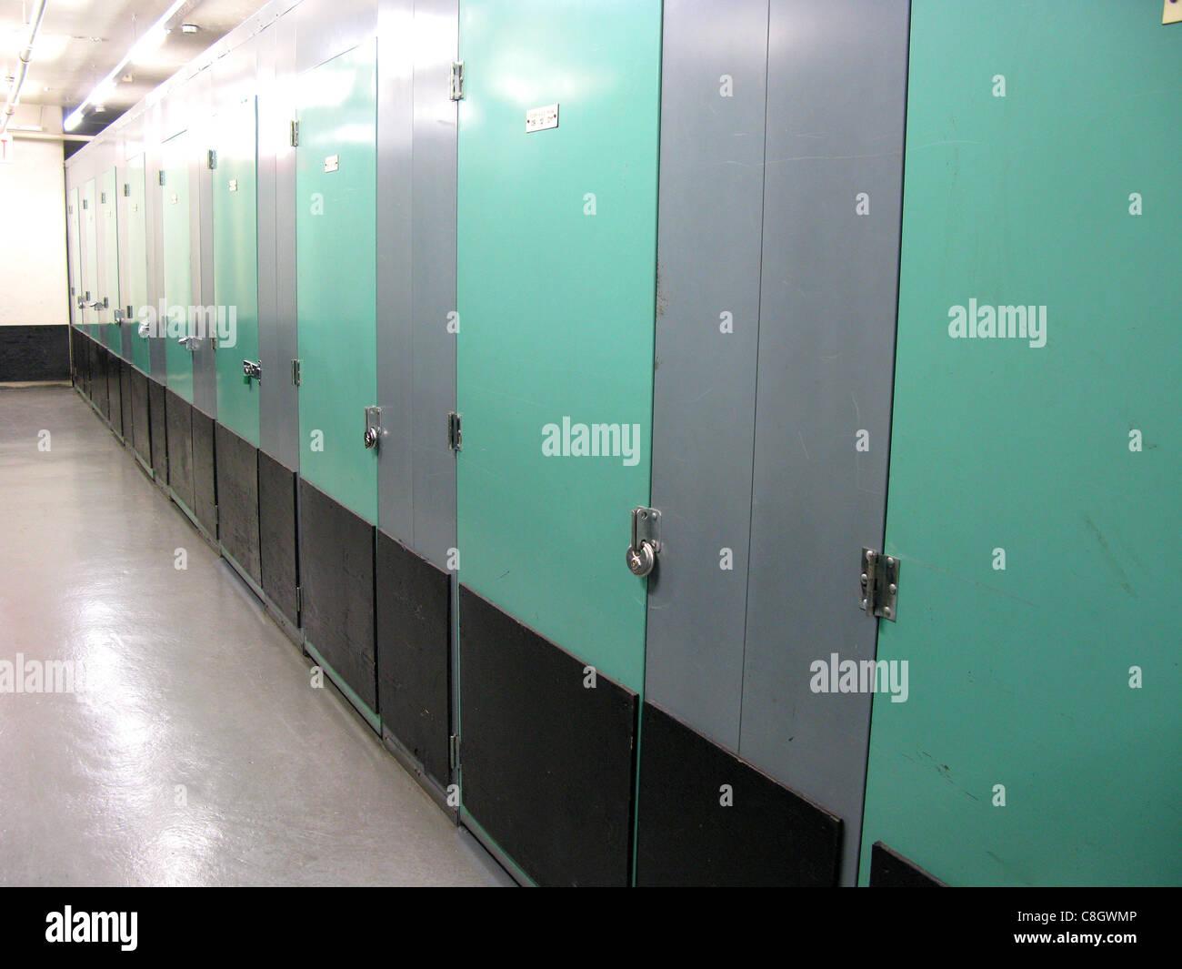 Corridoi dell impianto di stoccaggio. Sembrava porte Immagini Stock