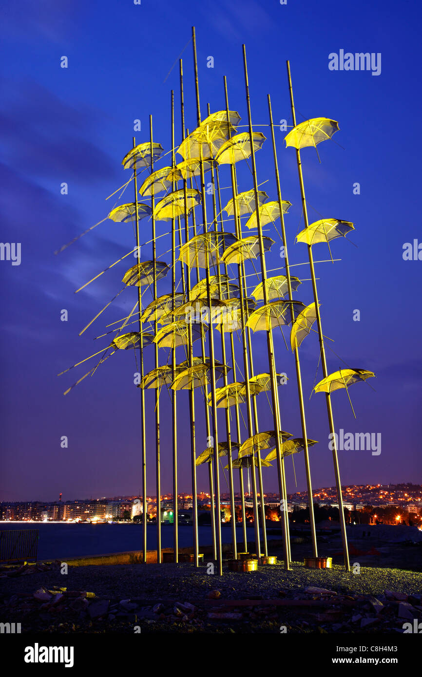 """Grecia Salonicco. Un'installazione artistica, denominato """"ombrelli"""" di George Zoggolopoulos, sul lungomare Immagini Stock"""