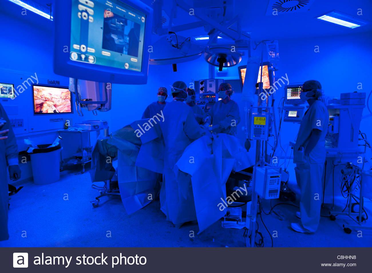 Colon laparoscopica la chirurgia del cancro in un intelligente in sala operatoria. Immagini Stock