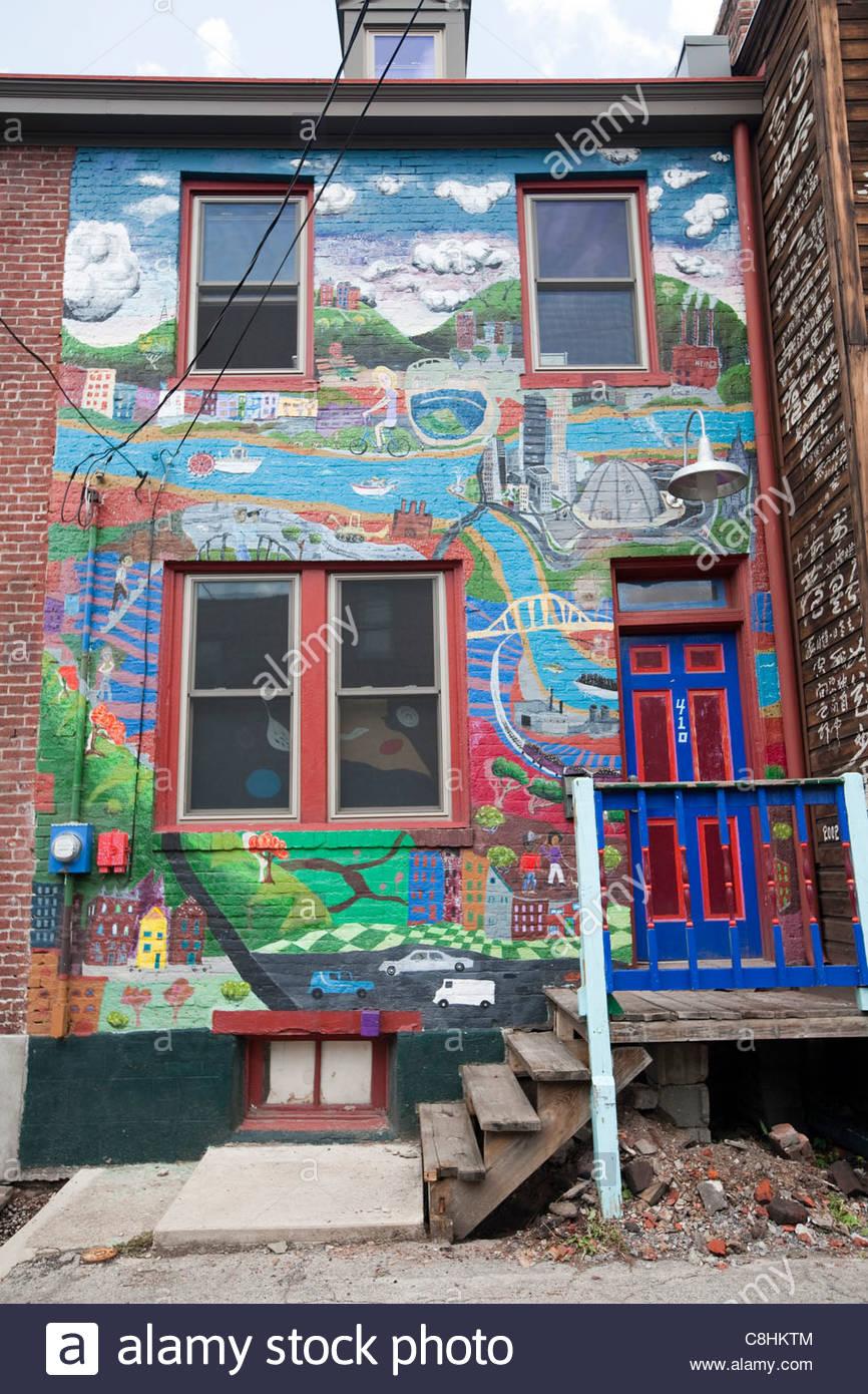 Murales dipinti su edificio accanto alla fabbrica di materasso. Immagini Stock
