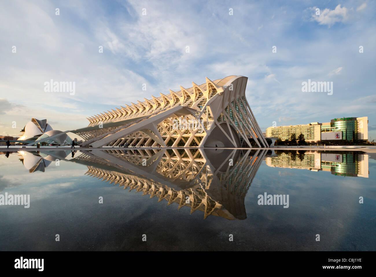Spagna, Europa, Valencia, Città delle arti e della scienza, Calatrava, architettura moderna, acqua Immagini Stock
