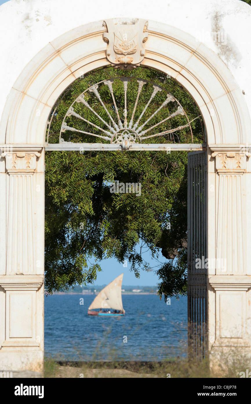 Dhow incorniciato in un vecchio portoghese coloniale porta su Ilha Mozambico. Immagini Stock