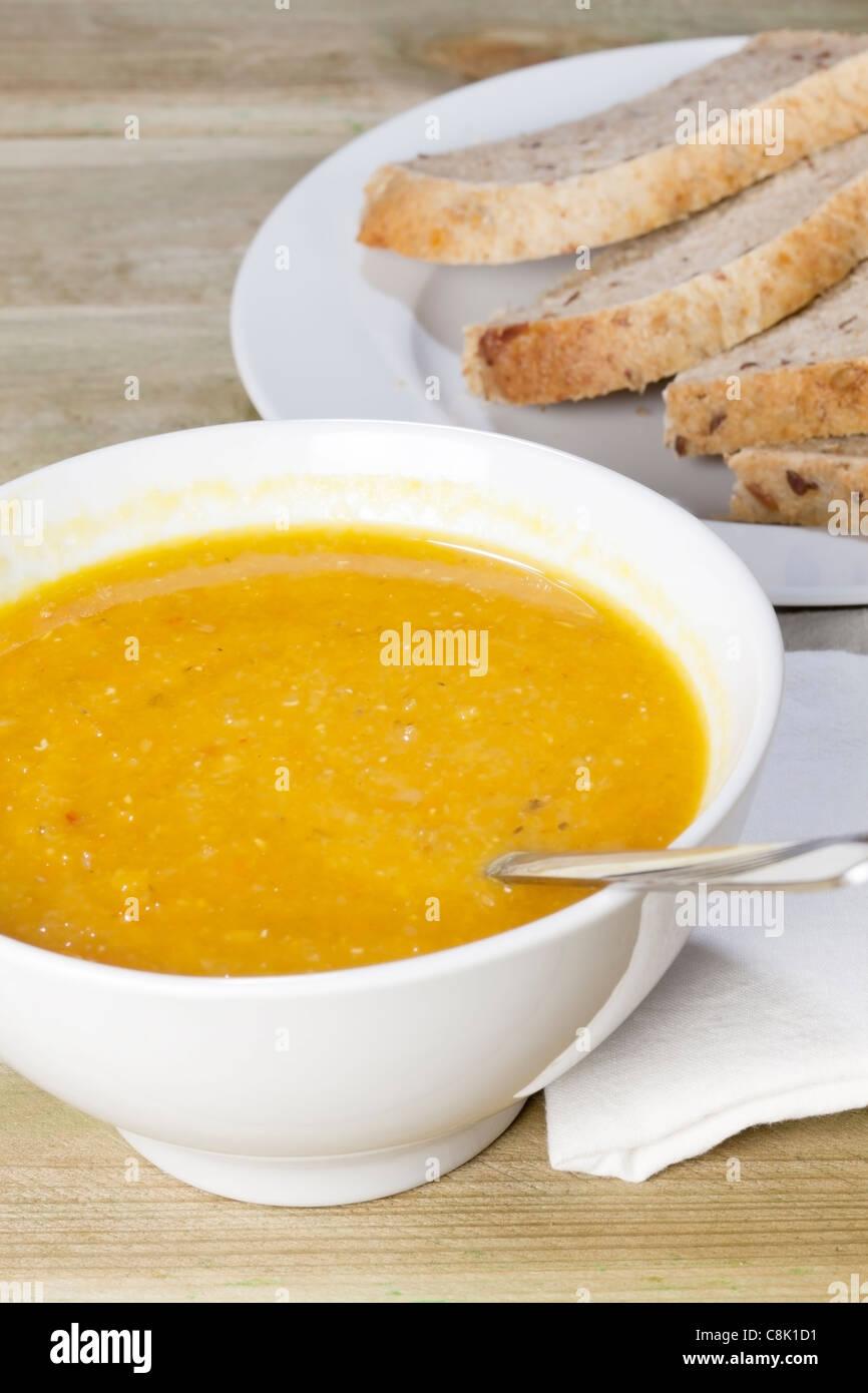 Piccante zuppa di lenticchie con pane Immagini Stock