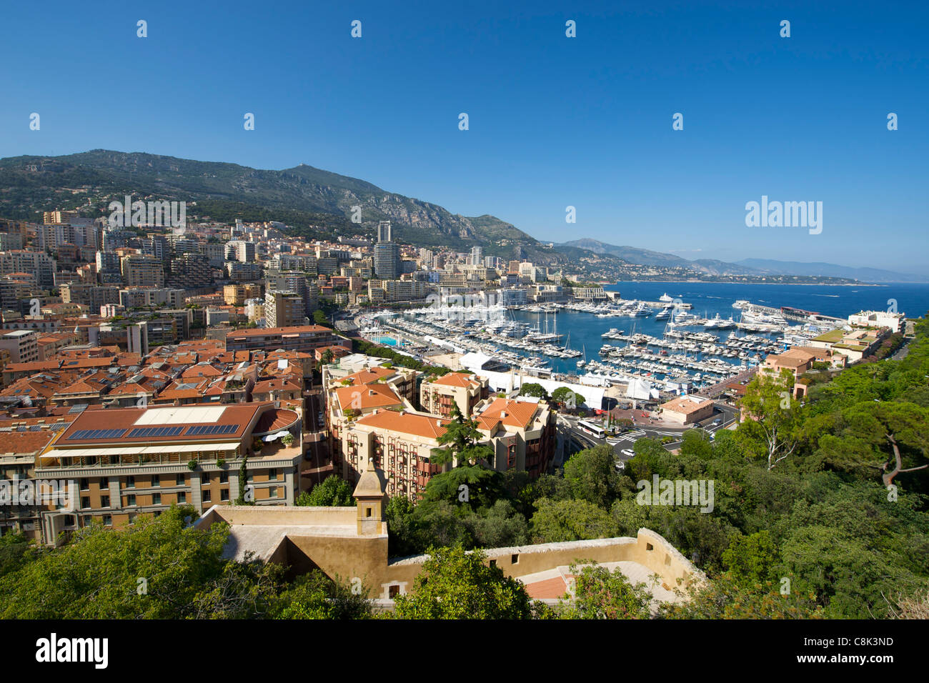 Vista del Porto Ercole e la città e il Principato di Monaco sulla Riviera Francese lungo la costa mediterranea. Immagini Stock