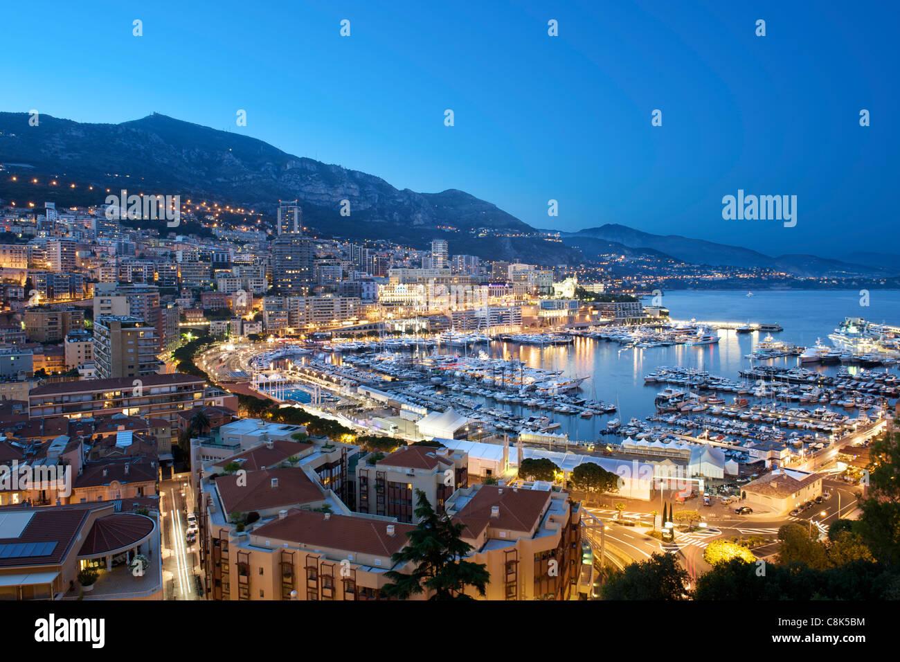 Vista del tramonto di Porto Ercole e la città e il Principato di Monaco sulla Riviera Francese lungo la costa Immagini Stock