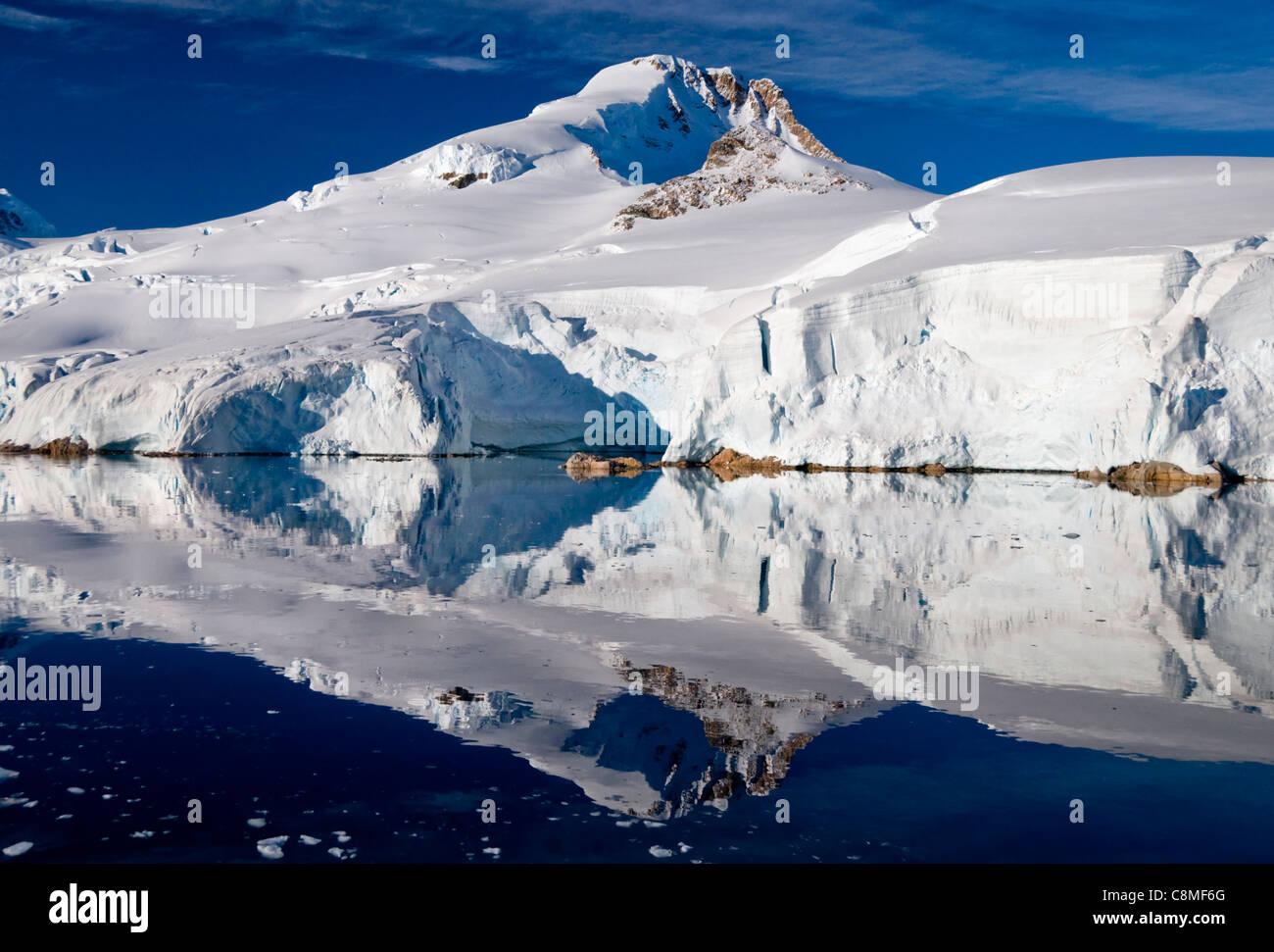 Le spettacolari montagne intorno a Paradise Bay in Antartide Immagini Stock